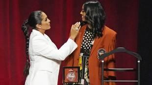 Vanessa Bryant, viuda del ex jugador de los Lakers, con su hija...