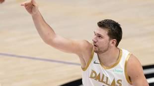 Luka Doncic celebra una canasta ante los Toronto Raptors