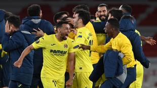 Jugadores del Villarreal celebran su pase a la final de la Europa...
