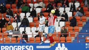 Víctor Gómez y Manu Barreiro luchan por un balón aéreo sobre el...
