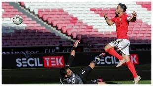 Pizzi supera por arriba a Adán para marcar el segundo gol del...