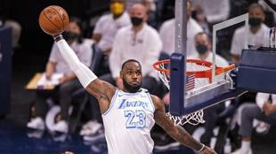 LeBron James se dispone a machacar el aro de los Pacers