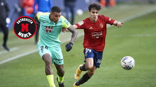 Manu Sánchez lucha por un balón durante el partido ante el Granada.