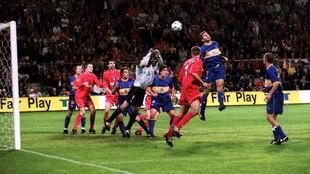 Geli peina a su portería el balón que le dio al Liverpool la final...