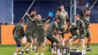 Suárez celebra salir vencedor de un juego durante el entrenamiento...