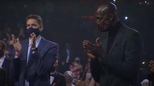 Pau Gasol y Kevin Garnett aplauden tras el discurso de Vanessa Bryant.