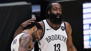 James Harden consuela a Kyrie Irving durante un encuentro de los Nets.