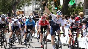 André Greipel, celebrando el triunfo en la línea de meta (IRAIA...