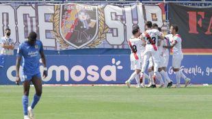 Los jugadores del Rayo celebran el primer gol de Isi ante la...