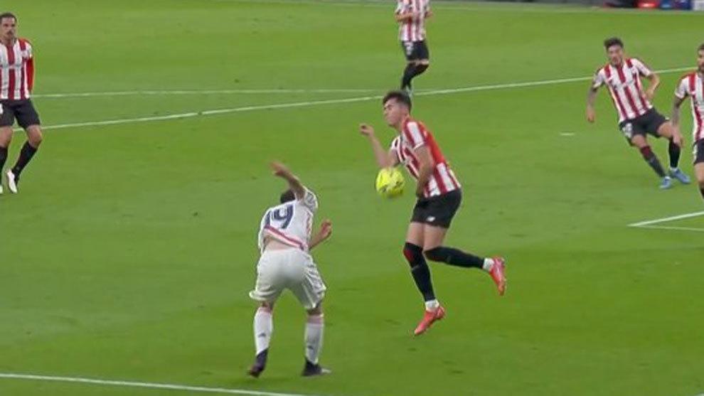 """""""Un penalti muy claro de Morcillo que intercepta el balón con el brazo"""""""