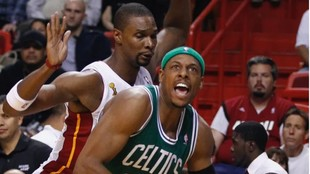 Chris Bosh y Paul Pierce durante un partido entre Miami Heat y Boston...