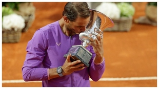 Nadal besa el trofeo de Roma