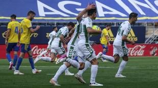 Los jugadores del Elche celebran el tanto de Pere Milla.