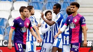 Los jugadores de la Real celebran uno de los goles al Valladolid