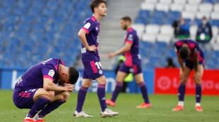 Los jugadores del Valladolid, cabizbajos, tras el partido.