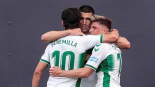 Los jugadores del Elche celebran uno de los tantos ante el Cádiz.