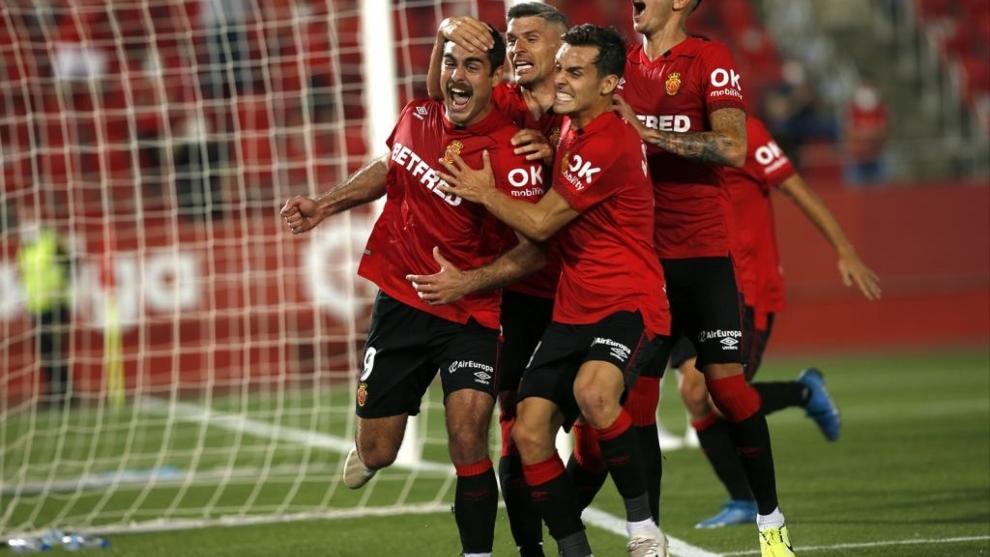 Salva Sevilla abraza a Abdón Prats, mientras Dani Rodríguez celebra...