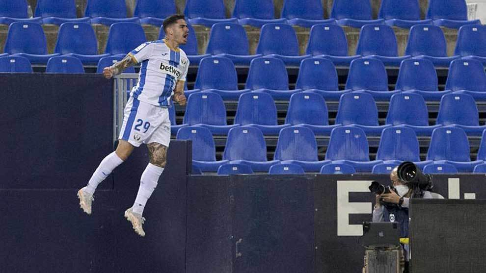 Miguel de la Fuente celebra con un gran salto su primer gol al...
