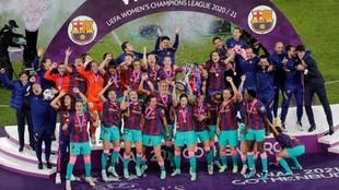 Las jugadoras del Barcelona levantan el trofeo de campeonas de Europa.