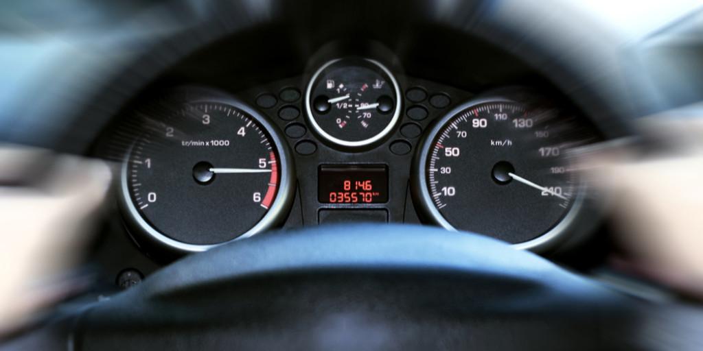 El cuadro de instrumentos de un coche con las esferas clásicas de velocidad y cuentarrevoluciones.
