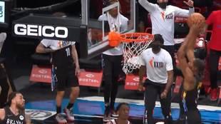 Kevin Durant a punto de machacar el aro rival
