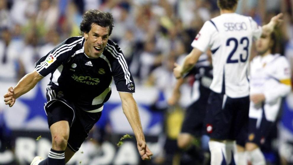 Val Nistelrooy marca el gol del empate al Zaragoza que, junto al gol de Tamudo en el Camp Nou, dio la Liga al Madrid.