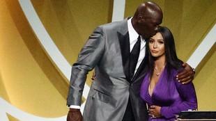 Michael Jordan besa a Vannesa Bryant en la cabeza tras su discurso.