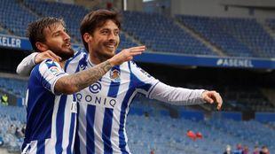 David Silva se abraza sonriente a Portu, tras un gol del murciano, que...