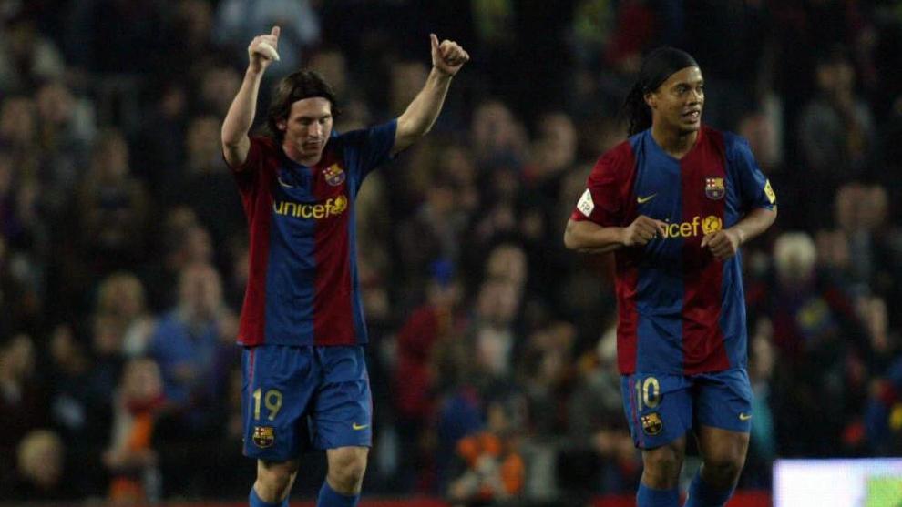 Messi celebra su tercer gol al Madrid junto a Ronaldinho.