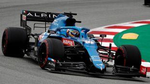 Alonso, con el Alpine, en Barcelona.