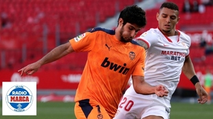 Guedes controla un balón perseguido por Diego Carlos.