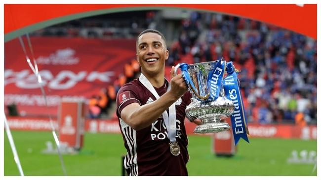 Youri Tielemans celebra la conquista de la FA Cup.