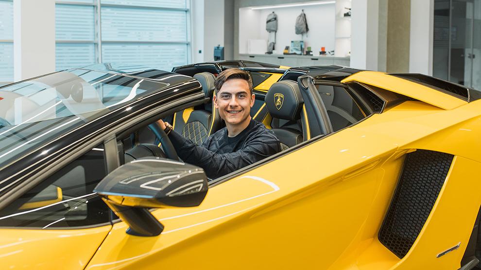 El primero coche de Dybala fue... un Seat León.