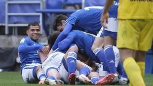 Los jugadores del Oviedo celebran en el suelo el golazo de Lucas...