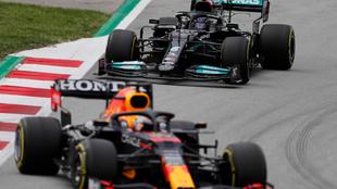 Max Verstappen y Lewis Hamilton durante el Gran Premio de España.