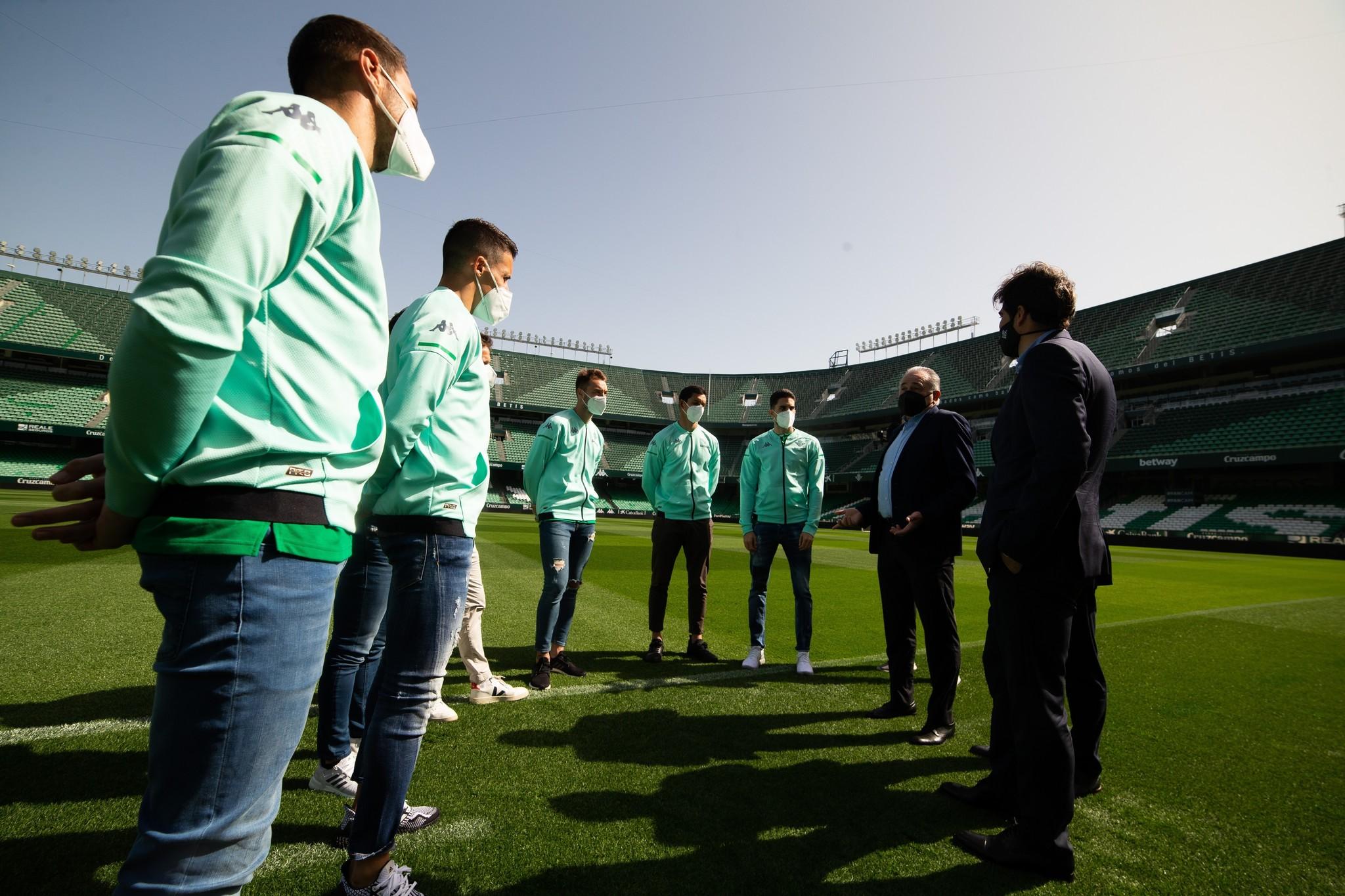 Haro y Gordillo, con varios jugadores del plantel