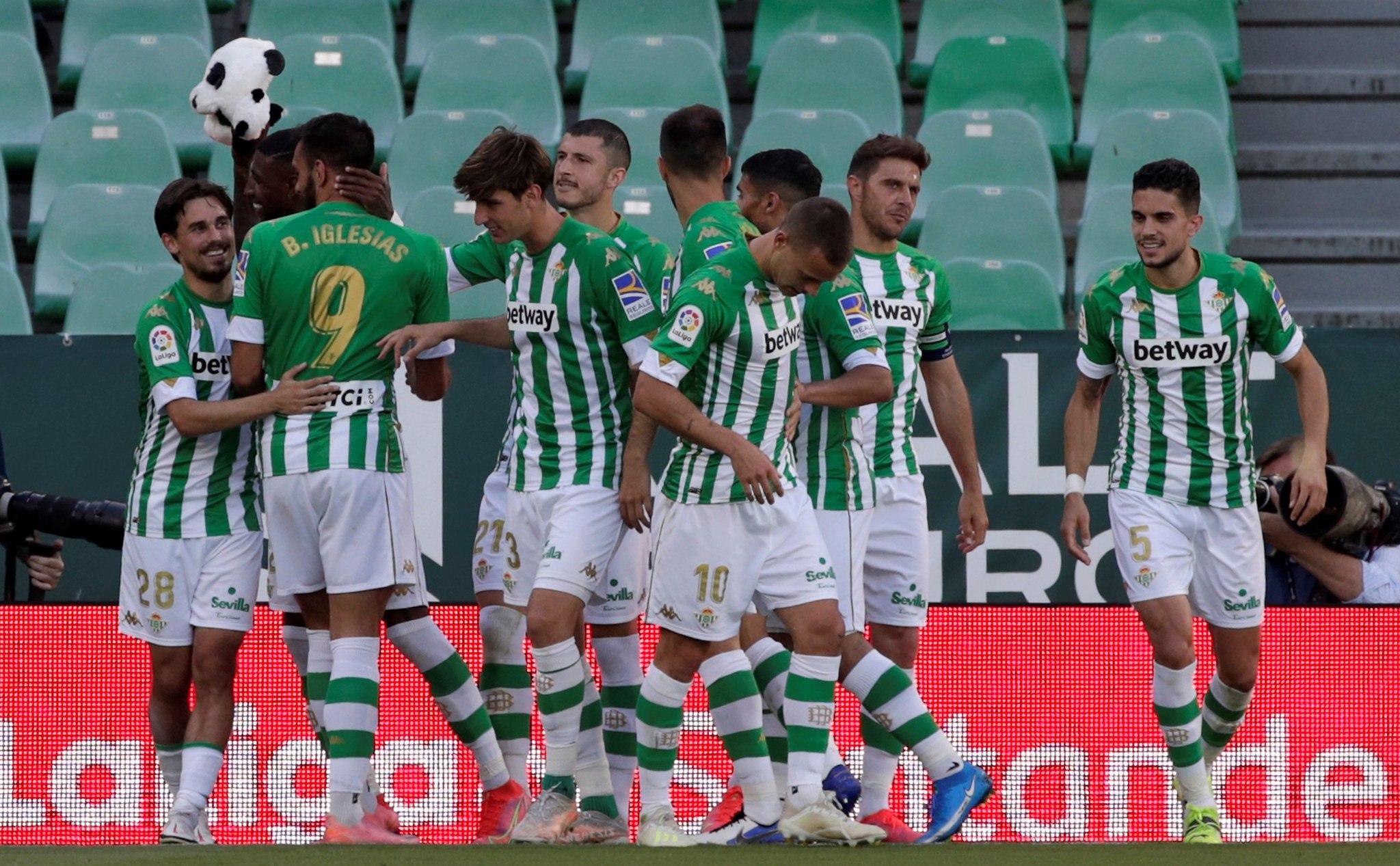 Los jugadores, celebrando el gol del Panda la Huesca