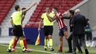 Simeone protesta en el duelo ante Osasuna.
