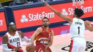 Facundo Campazzo pasa por la espalda ante dos rivales de los Blazers