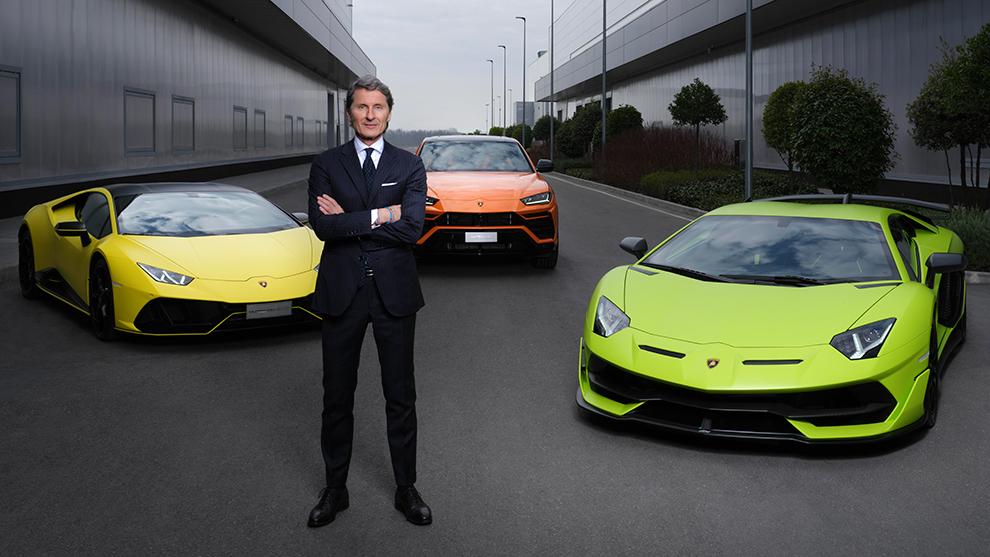 Stephan Winkelmann, frente a la actual gama de Lamborghini.