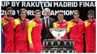 Su Majestad el Rey con el equipo de Copa Davis.