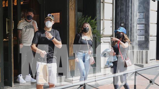 Suárez y Messi, a la salida del restaurante junto a sus mujeres.