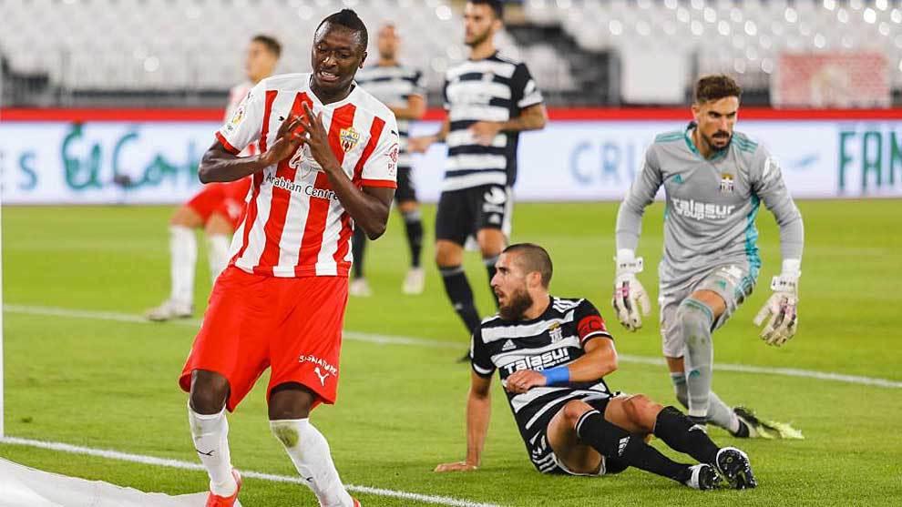 Umar Sadiq se lamenta de una ocasión en el Almería-Cartagena de la...