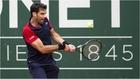 Pablo Andújar golpea la bola en su partido ante Federer.