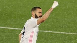 Benzema celebrando un gol con el Real Madrid