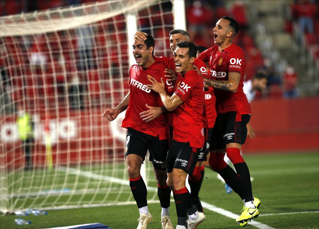 Abdón Prats y sus compañeros celebran uno de los dos goles al...
