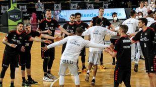 Los jugadores de Bilbao Basket hicieron pasillo a Hereda San Pablo por...
