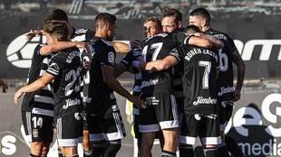 Los jugadores del Cartagena celebran con Rubén Castro uno de sus dos...