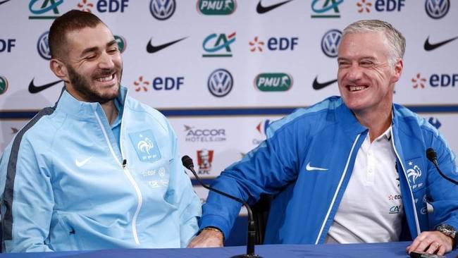Benzema junto a Deschamps en una rueda de prensa con la selección...
