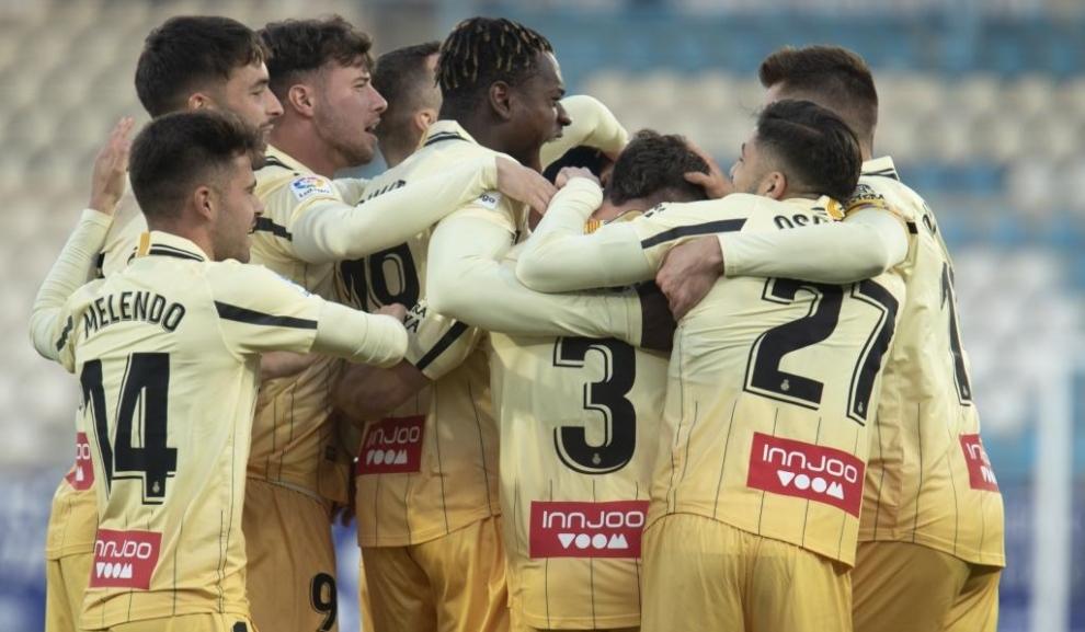 Los jugadores del Espanyol abrazan a Dimata tras marcar el gol en el...